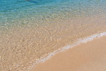 澄んだ海と綺麗な砂浜