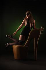 Frau in Stöckelschuhen mit Sekt