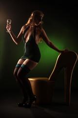 Frau in Partykleid nimmt auf Schuhstuhl platz