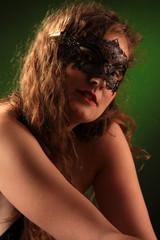 langhaarige Frau mit venezianischer Maske
