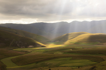 Poster Heuvel A magnificent sunrise in Castelluccio di Norcia. expecting more to the thousand colours of flowering