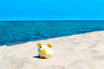 Urlaubsgeld - Sparschwein im Sand
