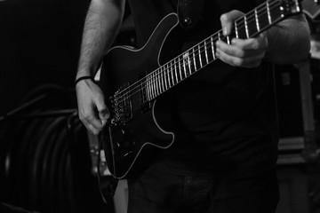 Guitarrista a preto e branco