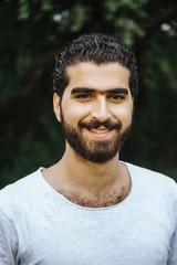 Portrait eines glücklich, lachenden sympathischen syrischen Mannes