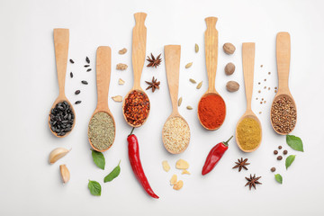 Türaufkleber Gewürze Composition with different aromatic spices in wooden spoons on white background