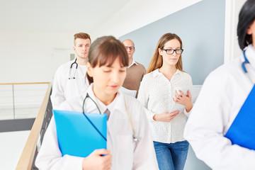 Ärzteteam im Krankenhaus mit jungen Ärzten