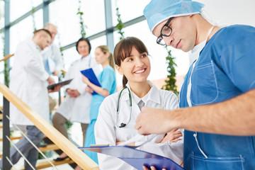 Krankenschwester und Chirurg besprechen Operation