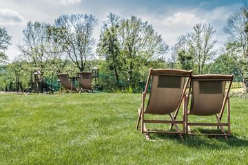leżaki na trawniku w ogrodzie