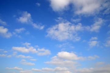 広大な青空にフワフワ浮かぶ雲