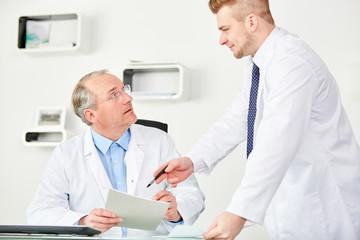Senior als Oberarzt und sein Assistenzarzt
