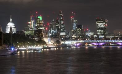 Poster Violet London skyline at night from Waterloo Bridge