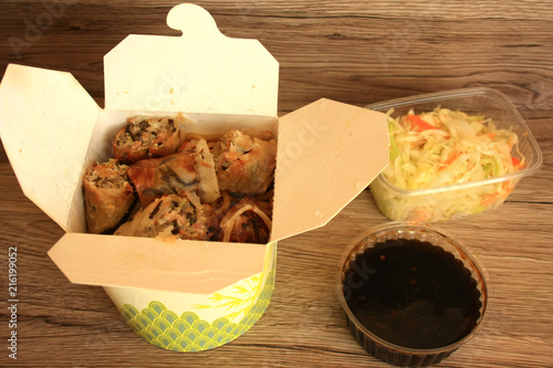 Kuchnia Azjatycka Sajgonki Ze Smazonym Makaronem Stock Photo And