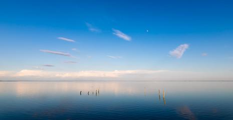 Blaue Seelandschaft mit weitem Himmel und klarem Wasser Wall mural