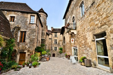Fototapete - Picturesque medieval street the beautiful Dordogne village of Carennac, France