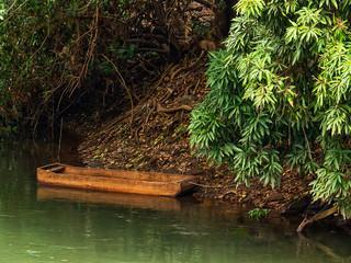 canoa parada na margem do rio