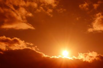 輝く太陽と雲