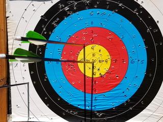 Zielscheibe beim Bogenschießen mit Pfeilen