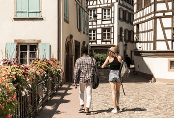 Couple mixte marchant en ville