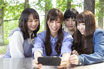 自撮りをする女性グループ
