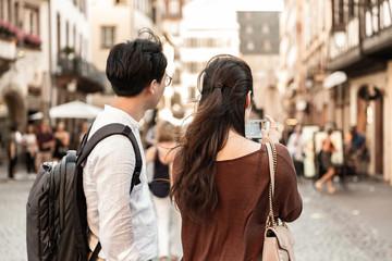 Couple photographiant la ville avec un téléphone portable
