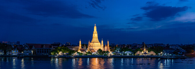 Autocollant pour porte Bangkok Wat Arun temple at Magic Hour Time, Bangkok, Thailand