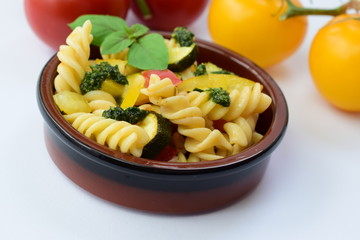 Mediterraner Nudelsalat mit Pesto