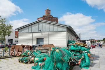 Photo sur Plexiglas Port Fischernetze auf der Pier vor dem Bootshaus