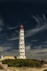 Wysoka latarnia morska, pionowe zdjęcie. Portugalia, wyspa Farol.