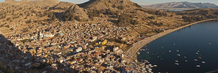 Vue panoramique de la ville de Copacabana (Bolivie) et lac Titicaca