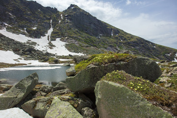 Очень красивый горный пейзаж. Путешествие по горам. Природа Сибири