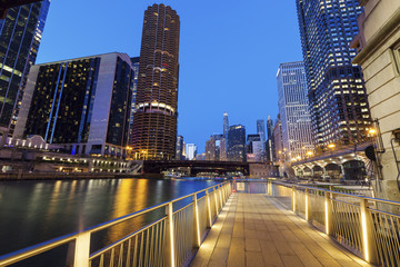 Fototapete - Riverwalk in Chicago at night