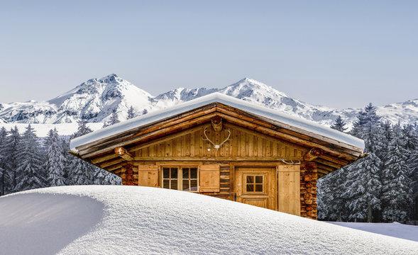 Vertschneite Schihütte in  den bergen
