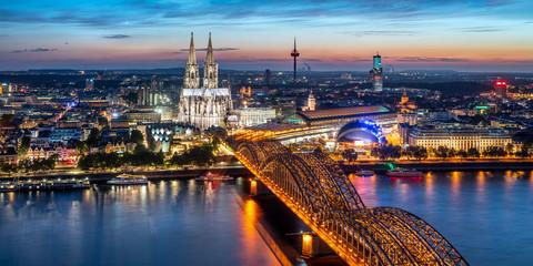 Köln Skyline Panorama bei Nacht mit Kölner Dom und Hohenzollernbrücke