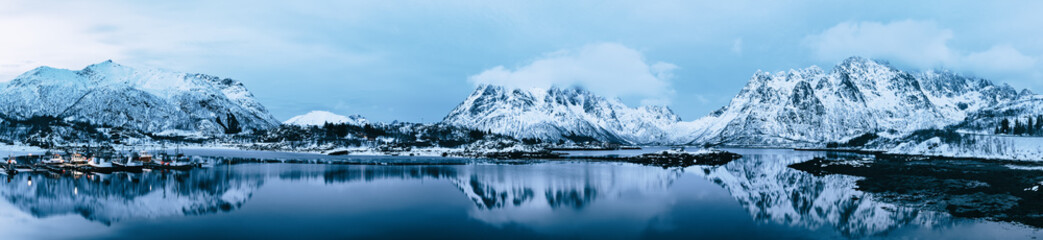 Keuken foto achterwand Gletsjers Landscape with beautiful winter lake and snowy mountains at Lofoten Islands in Northern Norway. Panoramic view