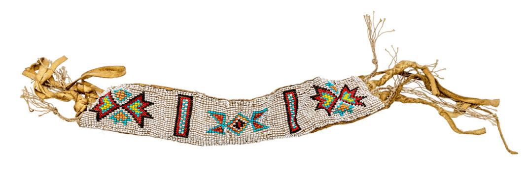Altes indianisches Armband als Schmuck / Perlenweberei auf Leder aufgenäht freigestellt auf weiß