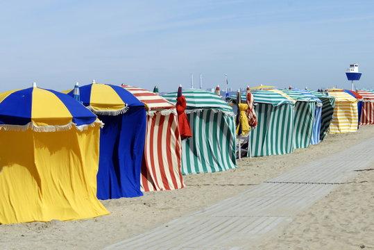 Ville de Trouville, les typiques parasols colorées de la plage, département du Calvados, Normandie, France
