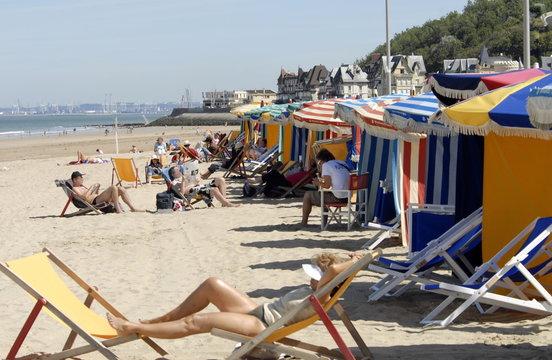 Ville de Trouville, les typiques parasols colorés et chaises longues de la plage, département du Calvados, Normandie, France