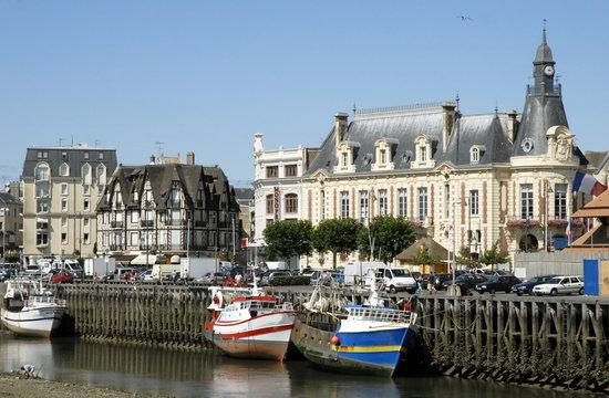 Ville de Trouville, le port de pêche à marée basse, l'Hôtel de Ville, département du Calvados, Normandie, France