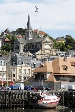 Ville de Trouville, le port de pêche et l'église, département du Calvados, Normandie, France
