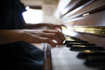 ピアノを演奏する女性