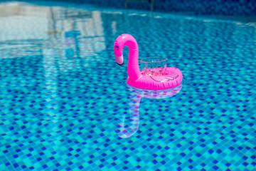 Mały, dmuchany, różowy flaming - pływająca podstawka do drinka