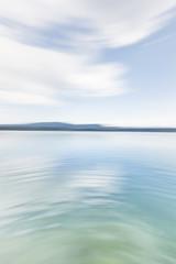 Hintergundbild, Background, Friedliche Wasserlandschaft mit Land am Horizont. Peaceful seascape with land at the horizon.