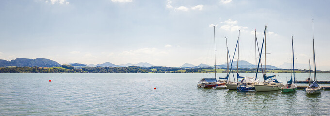 Bootssteg mit Segelbooten. Yacht. Panorama with sailing boats.