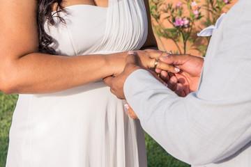 puesta del anillo a la novia en la boda