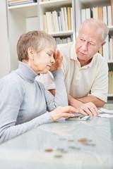 Senioren Paar macht sich Sorgen über Kosten
