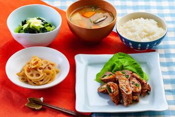 和食 牛肉の野菜巻きを主菜にした夕食