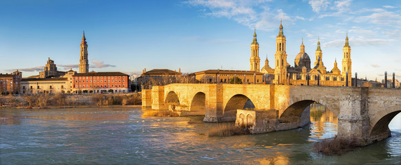 Wall Mural - Zaragoza - The panorama with the bridge Puente de Piedra and Basilica del Pilar in the morning light.