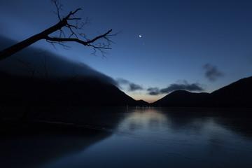 赤城大沼の夜明け前(冬)