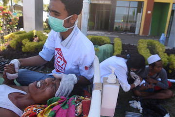 Health  workers treat earthquake victims in the courtyard of Tanjung Hospital, North Lombok