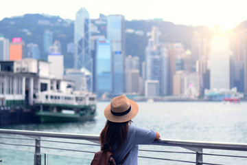 Tourist is watching beautiful view of skyscraper cityscape of Hong Kong. Fototapete